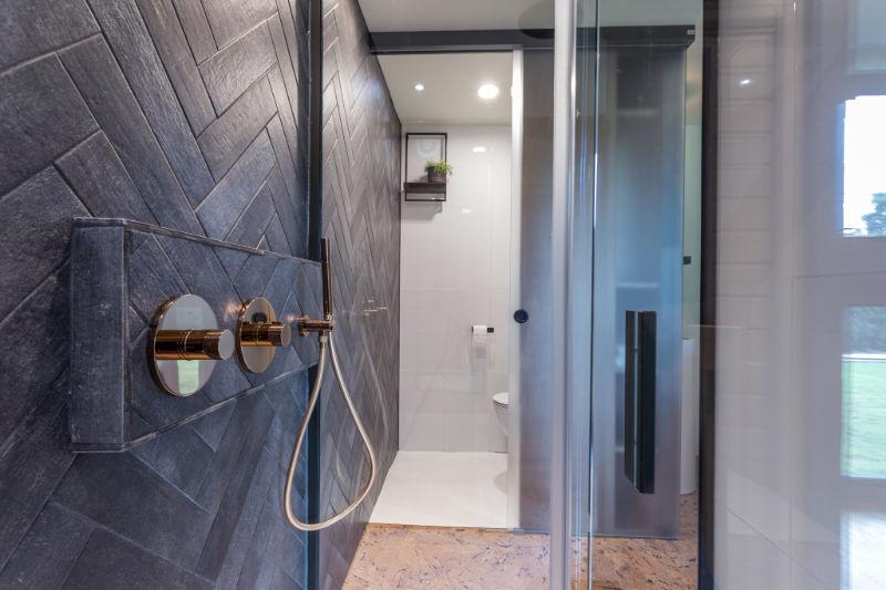 De glazen wanden in B&B Nummer5 zijn zo kraakhelder dat je denkt door te kunnen lopen van de douche naar het toilet