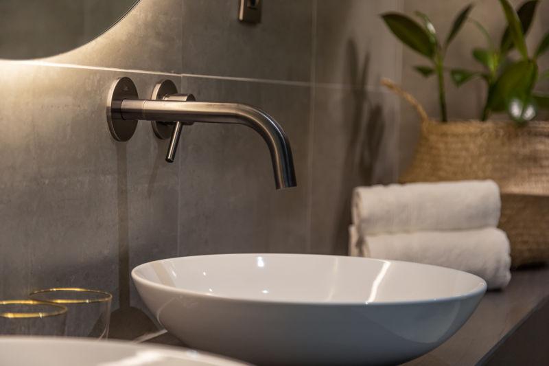 De natuurlijke omgeving van B&B Nummer5 zie je ook terug in de luxe badkamers