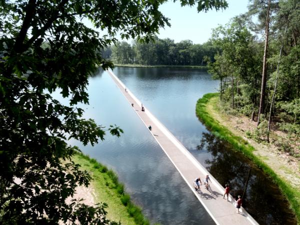 fietsen door het water in Genk in de buurt van BenB Nummer5 in Zolder